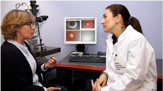 oftalmóloga y paciente